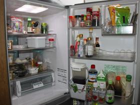 中身は調味料ばかりです…。近所のスーパーが台所代わりかも?